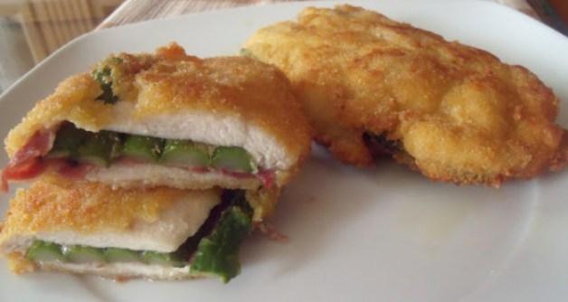 Milanesa de pollo rellena con queso, jamón y espárragos