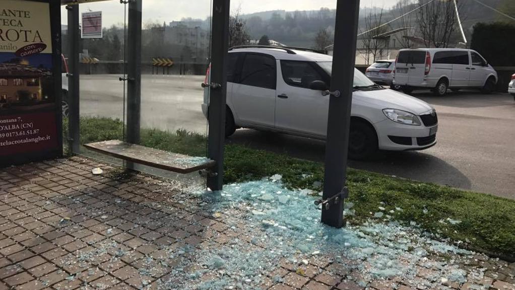 Raid vandalico in corso Piave ad Alba devastate le pensiline dei bus  La Stampa