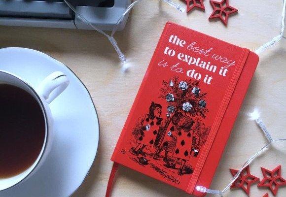 Agenda 2021: rossa e in compagnia di Alice