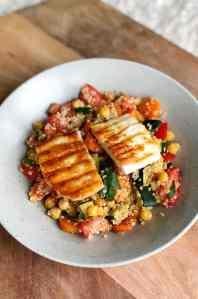 Recept: quinoa salade met kikkererwten, gegrilde groentes & halloumi