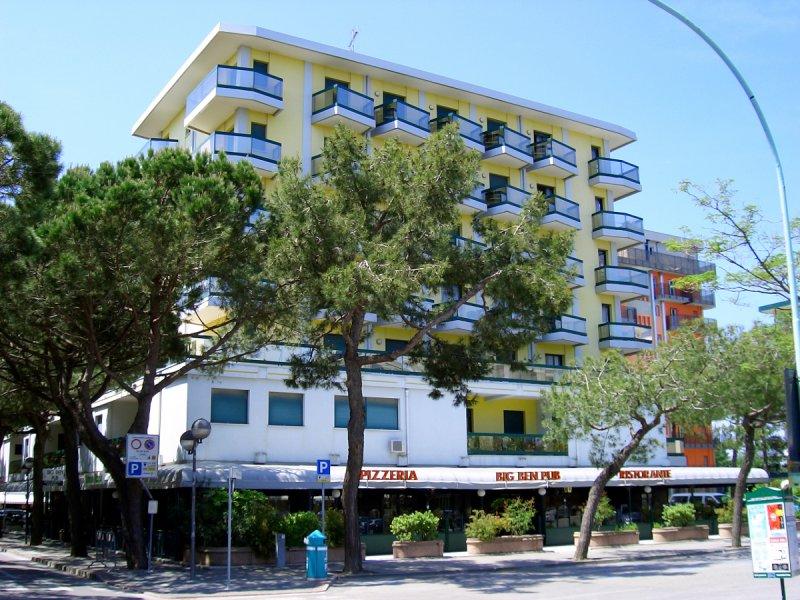 Residence Costa del Sol con piscina piazza Torino Jesolo