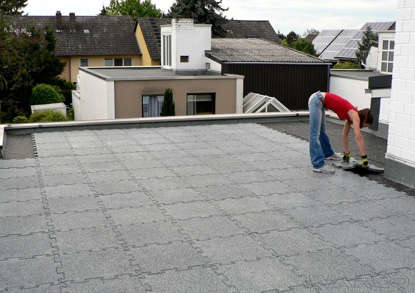 Terrazza sul tetto stabile e moderna con le lastre