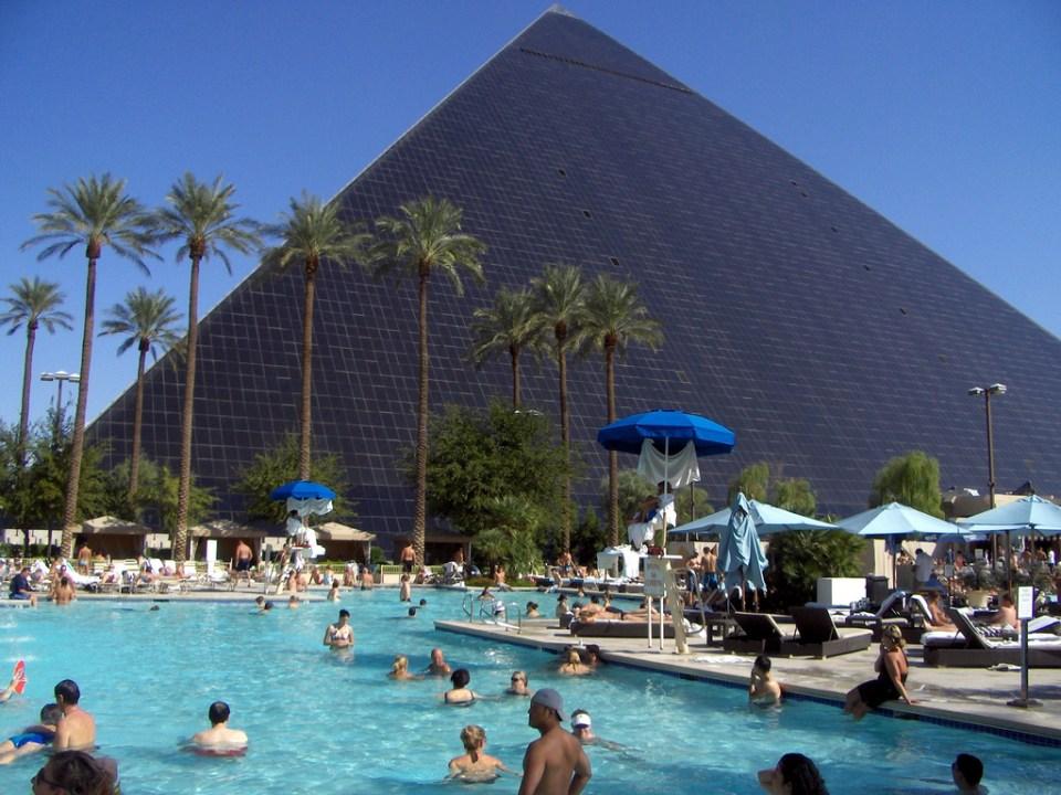 luxor hotel las vegas piscine 2