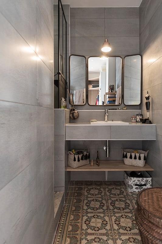 Déco d'une salle de bain à partir de carreaux de ciment trouvés sur LeBonCoin