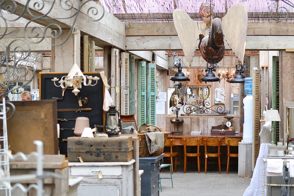 L'intérieur d'un brocanteur, plein d'antiquités