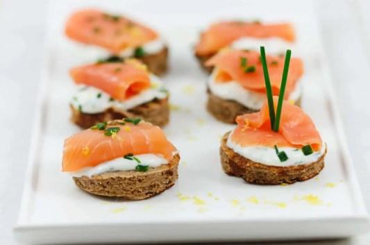 Mini blinis au saumon fumé et crème ciboulette
