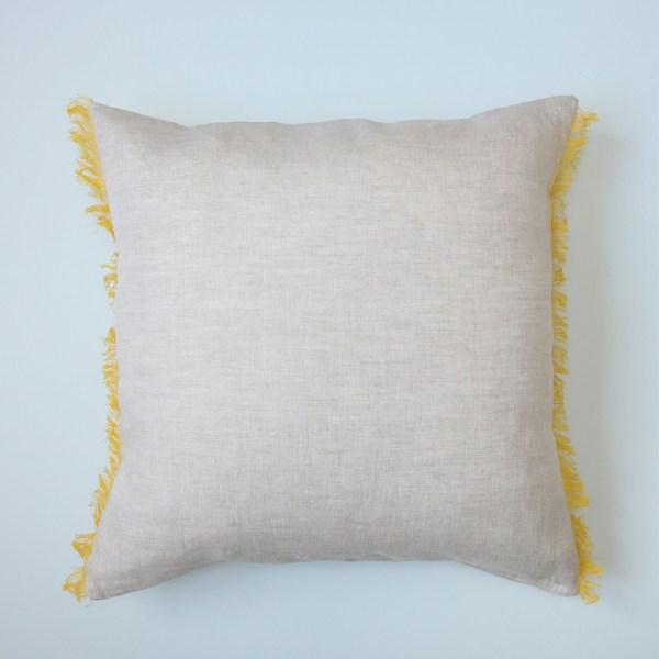 Voici la housse de coussin beige à franges jaunes en lin , réalisé à la main en France de façon artisanale.