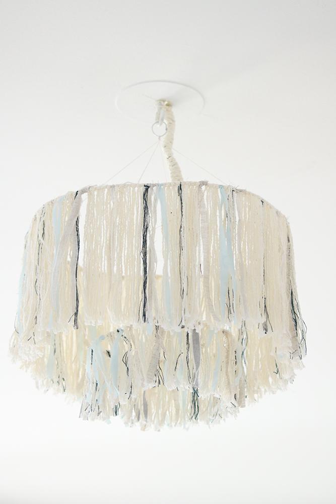 Voici le résultat du DIY luminaire à franges, parfait dans une chambre à la décoration bohème, ou minimaliste. Venez découvrir comment le réaliser.