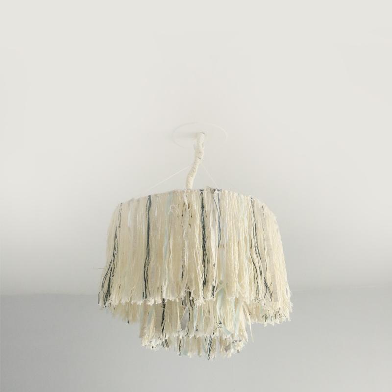 Voici le résultat du DIY luminaire à franges, parfait dans une chambre à la décoration bohème, ou minimaliste.