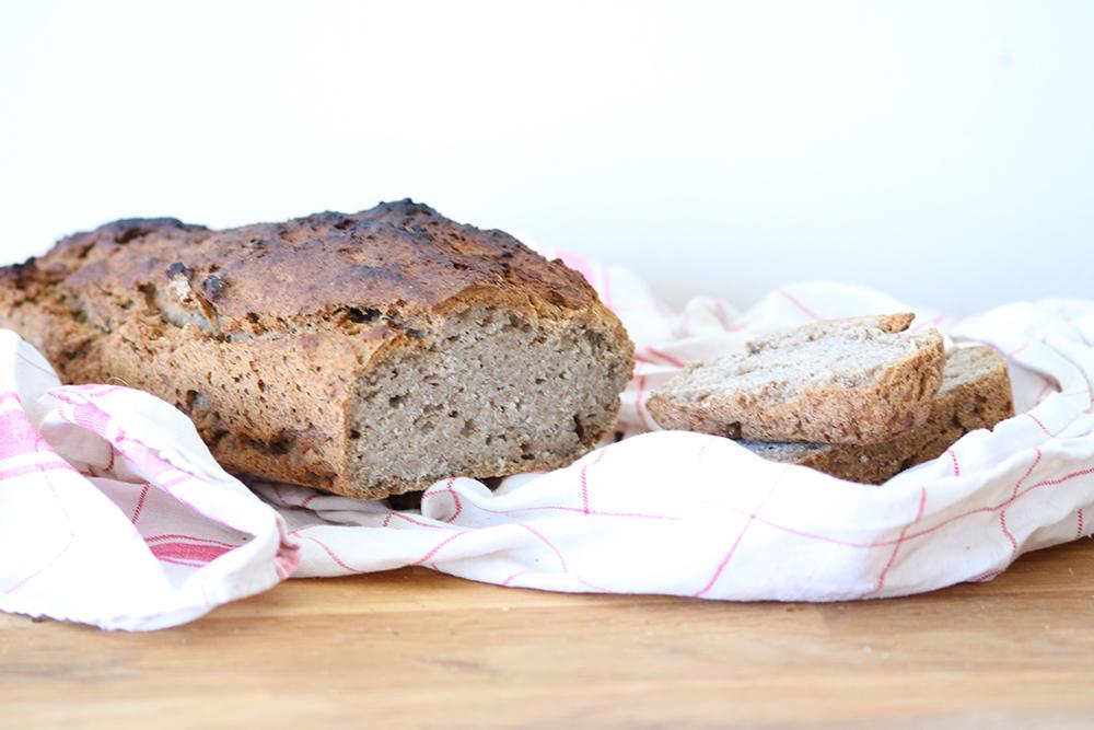 Voici une recette délicieuse et assez facile de pain sans gluten et vegan. Essayez la !