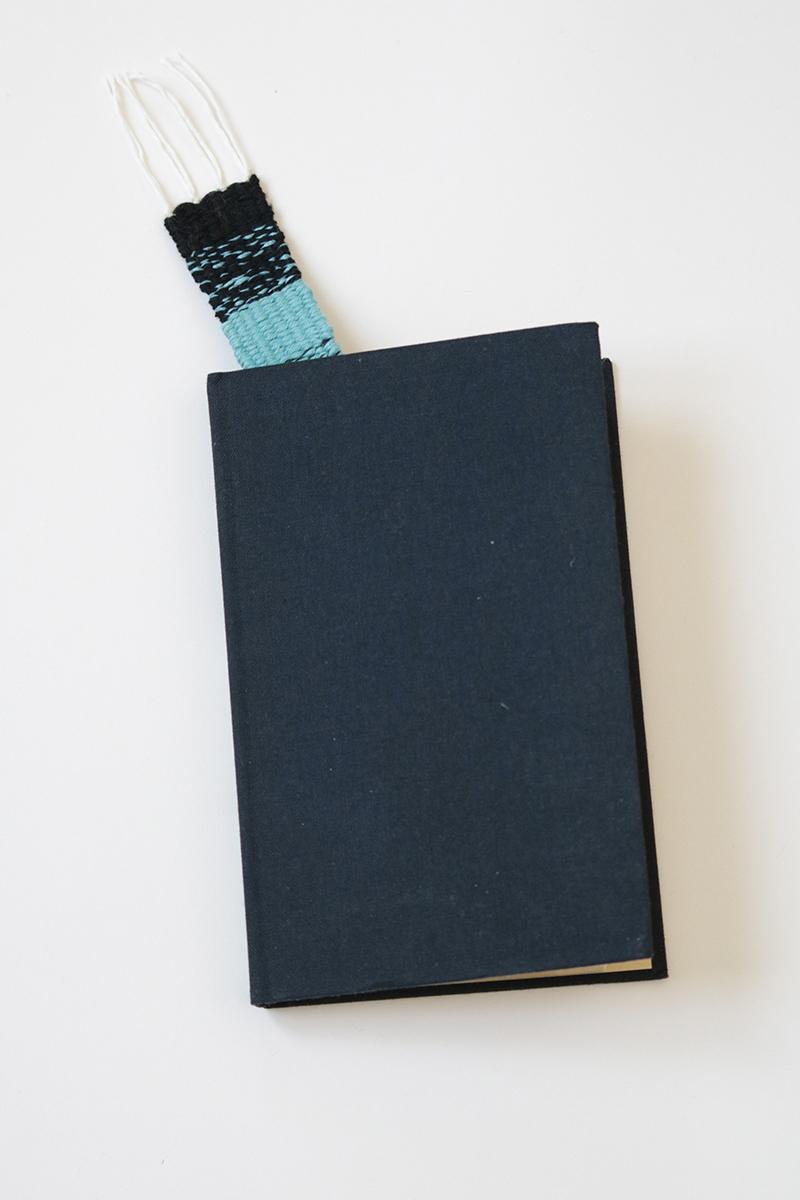 Marque page Billy, noir et bleu. Tissé à la main en France avec des fils upcyclés.