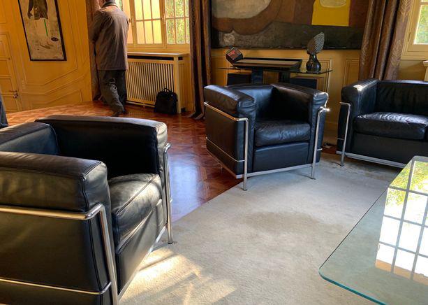 Fauteuils Lc2 Le Corbusier L Atelier 50 Boutique Vintage Achat Et Vente Mobilier Vintage Accessoires Design