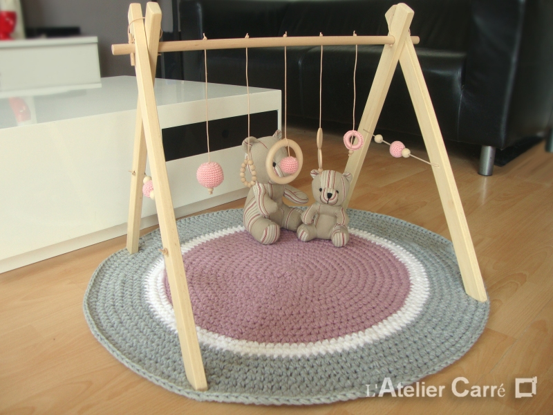 portique ou arche d'éveil bébé en bois naturel et éléments au crochet rose pale
