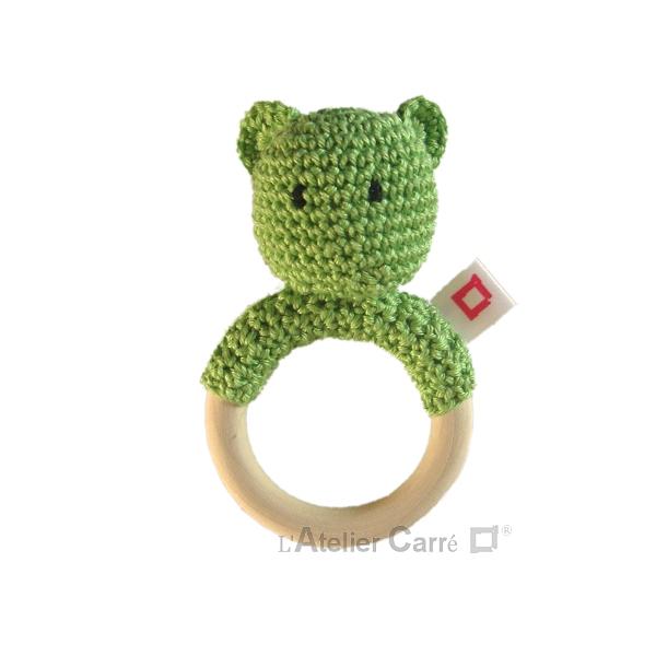 hochet-bois-crochet-anneau-ourson-pistache