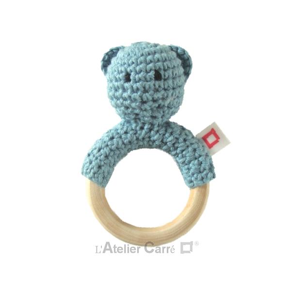 hochet-bois-crochet-anneau-ourson-bleu-gris