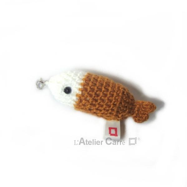 poisson bicolore laine et mousse porte clefs grigri moutarde