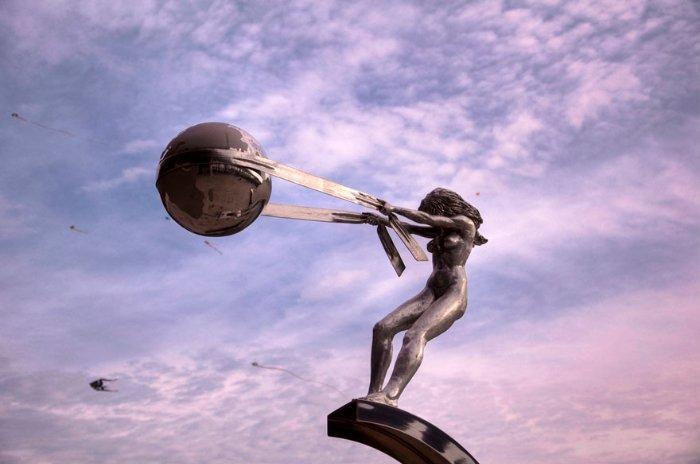 statue-mere-nature-lorenzo-quinn