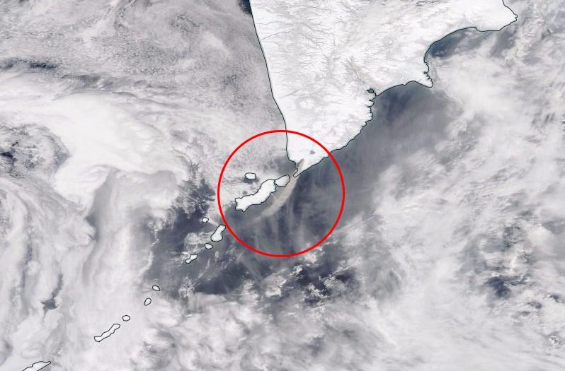 kambalny-volcano-eruption-25mars2017-satellite