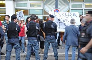 berlusconi-latina-protesta-0002