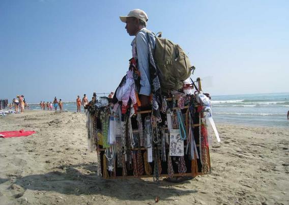 venditore-ambulante-spiaggia-latina-4656211