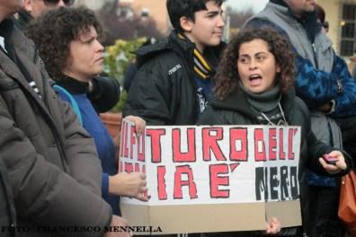 Attiviste comitato 9 dicembre con striscione