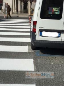 furgone-strisce-pedonali-latina