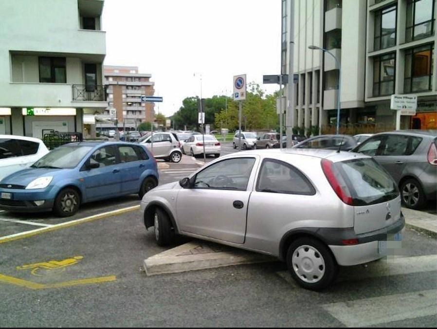 parcheggio-selvaggio-latina-24ore-auto