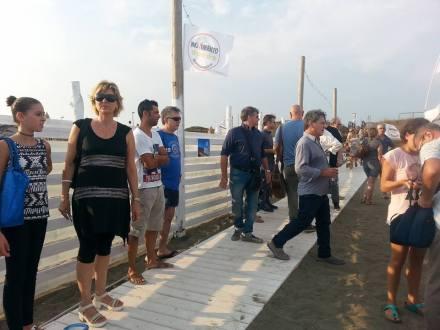 inaugurazione-passerella-disabili-M5S-latina-lido-2015-6