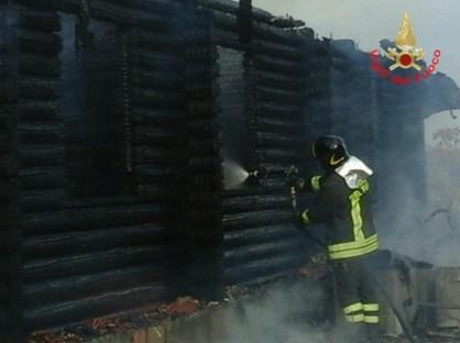 vigili-fuoco-incendio-aprilia-1