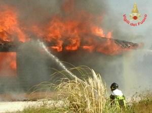 vigili-fuoco-incendio-aprilia-3
