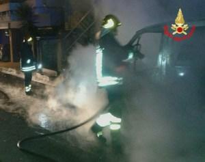 incendio-auto-furgone-vigili-fuoco