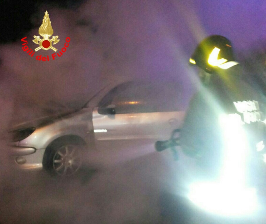 incendio-auto-latina-vigili-fuoco