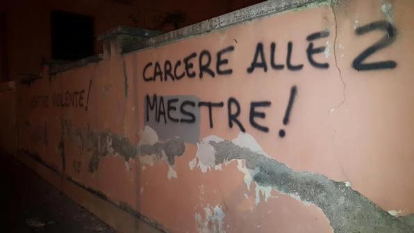 scritte-muri-scuola-piazza-dante-maestre-violente-2