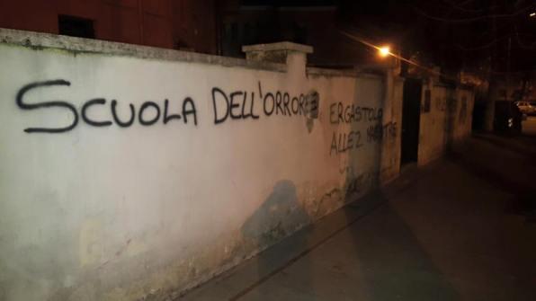 scritte-muri-scuola-piazza-dante-maestre-violente-3