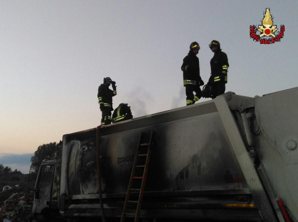incendio-camion-compattatore-immondizia