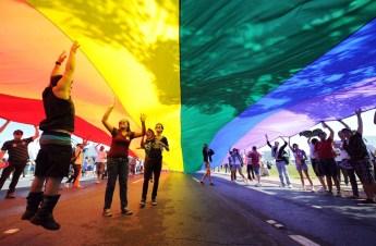 manifestazione-gay-coppia-omosessuale-latina-unioni-civili