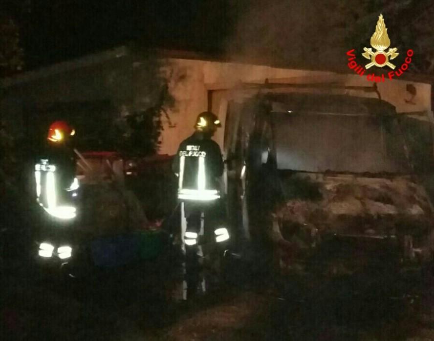 incendio-furgone-aprilia-fiamme