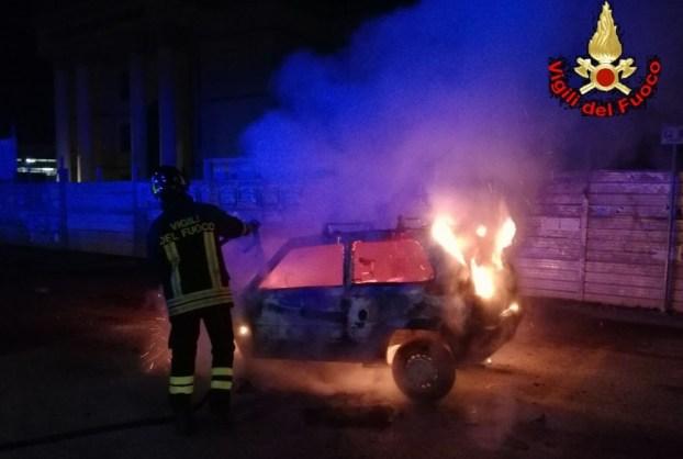 incendio-auto-vigili-fuoco-latina