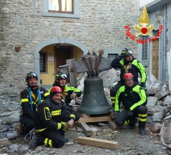 recupero-campana-amatrice-vigilifuoco-latina-2