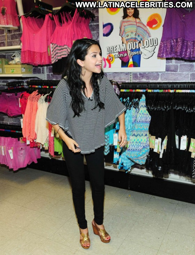 Selena Gomez Candids Posing Hot Celebrity Beautiful Babe Candid