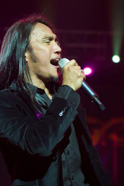 Filipino singer-songwriter Arnel Pineda (Wikimedia)
