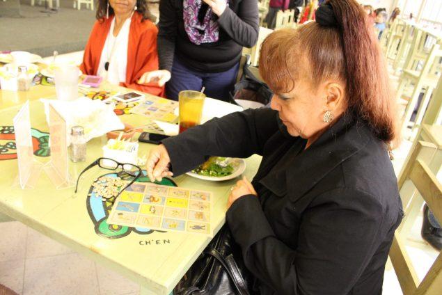 An El Paso woman plays Votería (Photo: Maria Esquinca)