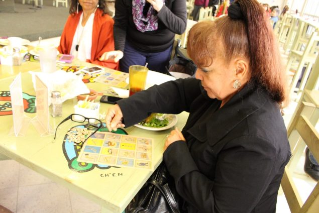 An El Paso woman plays Votería (Photo: Maria Esquinca)