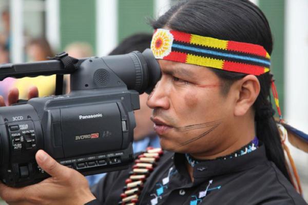 Eriberto Gualinga cámara