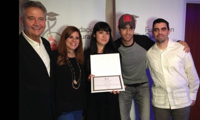 Enrique Iglesias entregou uma bolsa de estudos a uma jovem saxofonista mexicana