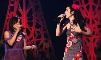 Julieta Venegas e Marisa Monte cantando acústico para a MTV