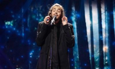 Salvador Sobral canta Amar Pelos Dois, tema de abertura da nova novela da Globo, Tempo de Amar