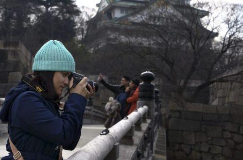 Castelo de Osaka no Japão ao fundo