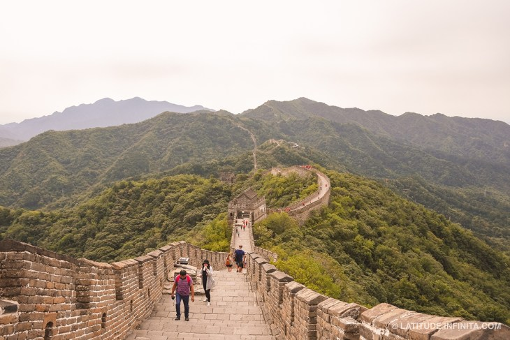 A muralha da China é bem imponente viu. Fizemos um tour por ela, para conseguirmos chegar sem muita gente.
