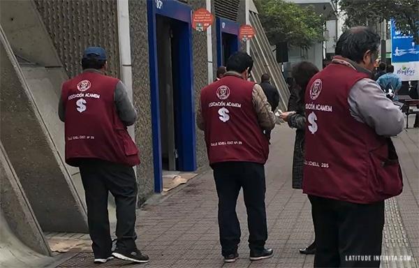 dicas de viagem ao Peru: agentes que trocam dinheiro nas ruas de Lima